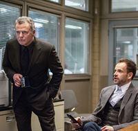 Ermitteln in einem neuen Mordfall: Sherlock Holmes (Jonny Lee Miller, r.) und Gregson (Aidan Quinn, l.) ... – © CBS Television