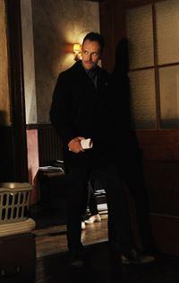 Bei den Ermittlungen um Moriarty, fällt Holmes (Jonny Lee Miller) ein Detail auf, das alles in Frage stellt ... – © CBS Television