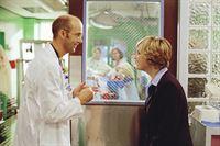 Greene (Anthony Edwards, l.) hat Dr. Lewis (Sherry Stringfield, r.) überredet, wieder in der Notaufnahme anzufangen. – © TM+© WARNER BROS.