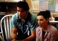 Hathaway (Julianna Margulies, r.) unterstützt Dr. Kovac (Goran Visnjic) bei der schweren Aufgabe, zwei kleinen Kindern den Tod ihrer Eltern zu erklären. – © TM+© 2000 WARNER BROS.
