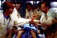 Greene (Anthony Edwards, r.) und Weaver (Laura Innes, l.) sind verzweifelt bemüht, ein Menschenleben zu retten. – © TM+© 2000 WARNER BROS.