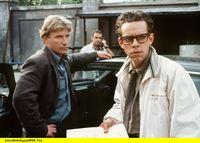 hr-fernsehen DER FAHNDER Folge 118, Ganz in Weiß, Fernsehserie, Deutschland 1985 - 2001, am Samstag (29.03.14) um 00:00 Uhr. Becker (Jörg Schüttauf, l), Solo (Jophi Ries, i. Hintergrund) und Dennert (George Lenz) auf der Suche nach der gekidnappten Braut. – © HR/WDR/Bavaria