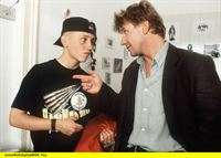hr-fernsehen DER FAHNDER Folge 117, Sprinter, Fernsehserie, Deutschland 1985 - 2001, am Samstag (05.04.14) um 00:00 Uhr. Dany Ollich (Simon Jacobs, l) ist von der Polizei geschnappt worden, als er ein Auto aufbrechen wollte. Jetzt muss sich Becker (Jörg Schüttauf) mit ihm auseinandersetzen. – © HR/WDR/Bavaria