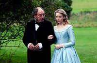 Rosa (Tamzin Merchant) mit ihrem Vormund Mr. Grewgious (Alun Armstrong) – © ARTE France / © BBC/Laurence Cendrowicz