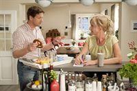Anton (Thomas Unger) hat für Claudia (Franziska Schlattner) Frühstück besorgt. – © ZDF und Marco Meenen