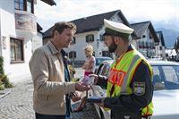 Anton Woelk (Thomas Unger) bezahlt zähneknirschend Claudias(Franziska Schlattner) Bußgeld, nachdem sich der Kollege in Uniform (Steffen Wolf) nicht zum Auge zudrücke überreden lassen hat. – © ZDF und Marco Meenen