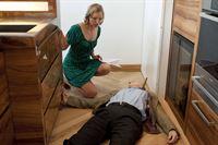 Maren Hafermann (Philippine Pachl, l.) findet die Leiche ihres Chefs. – © ZDF und Marco Meenen