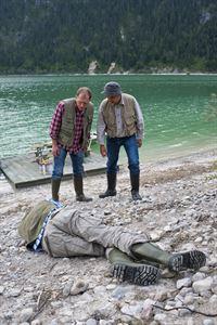 Paul Bachleitner (Andreas Schwaiger, l.) und Achim Hofbauer (GerhardWittmann, r.) finden eine Leiche am See – © ZDF und Marco Meenen