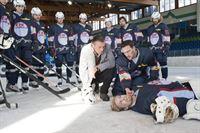 Der EHC Garmisch (Die Spieler des SC Riessersee) findet mit seinem Kapitän Dennis Berger (Andy Konrad, vorne, r.) und Hallenwart Markus Hölzl (Johann Schuler, vorne, l.) Die Leiche ihres Torwarts. – © ZDF und Marco Meenen