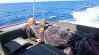 Robert und Shania machen es sich auf dem Boot gemütlich – © RTL II