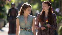 Sansa (Sophie Turner, re.) im vertraulichen Gespräch mit Margaery (Natalie Dormer) – © RTL II