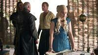 Daenerys (Emilia Clarke) und ihre Leute planen die Eroberung der Sklavenstadt.. – © RTL II