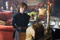 Tyrion Lennister (Peter Dinklage), bekommt von seinem Vater Tywin (Charles Dance), der neuen Hand des Königs, neue Verantwortung zugewiesen – und ist wenig begeistert.. – © RTL II