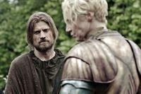 Auf seinem gefährlichen Weg nach Süden setzt der gefangene Jaime Lennister (Nikolaj Coster-Waldau) alles daran seine Bewacherin Brienne von Tarth (Gwendoline Christie) zu provozieren. – © RTL II
