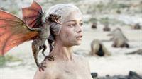 Deanerys (Emilia Clarke) mit einem kleinen Drachen – © RTL II