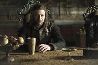 Ned Stark (Sean Bean) beginnt Nachforschungen, um heraus zu finden, woran sein Vorgänger Jon Arryn gestorben ist. – Bild: RTL II