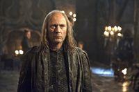 Balon Greyjoy (Patrick Malahide) bevorzugt seine Tochter Yara für den anstehenden Feldzug... – Bild: RTL II