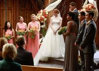 Die Braut vor dem Altar: Sandra Oh als Cristina Yang (1.v.l.), Ellen Pompeo als Meredith Grey (2.v.l), Jessica Capshaw als Arizona Robbins (3.v.l.), Sarah Drew als April Kepner (4.v.l.) (Copyright SRF/ABC Studios) – © SF