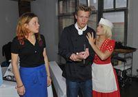 Mieze (Franziska van der Heide, l.) und Lilly (Iris Mareike Steen) sind entsetzt, als sie das Küchenmesser in Vince' (Vincent Krüger) Hand stecken sehen... – © RTL