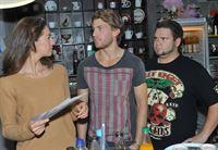 Dominik (Raul Richter, M.) versucht den verliebten Tuner (Thomas Drechsel) dabei zu unterstützen, Elena (Elena Garcia Gerlach) näher zu kommen. – © RTL