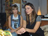 Jasmin (Janina Uhse, r.) ist nach der Trennung von Kurt so verzweifelt, dass sie Pia (Isabell Horn) gesteht, das Sexvideo selbst hochgeladen zu haben... – © RTL
