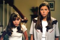 Wenn es darauf ankommt, halten die beiden Geschwister Mary (Jessica Biel, r.) und Lucy (Beverly Mitchell, l.) fest zusammen ... – © The WB Television Network