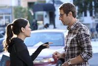 Nach ewigem hin und her entscheiden sich Zoe (Rachel Bilson, l.) und Joel (Josh Cooke, r.) für ein Haus, doch ihnen ist klar, dass die Finanzierung nicht einfach wird ... – © Warner Brothers