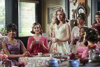 Annabeth (Kaitlyn Black, M.) bekommt ausgerechnet von den Belles ein Angebot, das sie nicht ausschlagen kann ... – © Warner Brothers