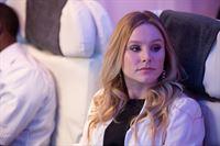 Jeannie Van Der Hooven (Kristen Bell) auf dem Weg zu einem Auftraggeber – © ZDF und Cliff Lipson/SHOWTIME