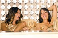 Martins Ex-Frau Monica (Dawn Olivieri, l.) lebt ihre lesbischen Neigungen mit ihrer HaushaltshilfeTessa (Ronete Levenson, r.) aus – © ZDF und Randy Tepper/SHOWTIME