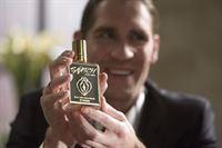 Kyle Dushkin (Evan Hart) und sein Bruder wollen mithiilfe der Beraterfirma Galweather Stearn ihr neues Parfum verkaufen – © ZDF und Michael Desmond Photography