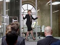 Julianne Hofshrager (Bess Armstrong) stellt sich als neue Geschäftsführerin vor. – © ZDF und Randy Tepper/Showtime