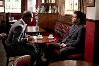 Mickey Stone (Adrian Lester, li.) und Sid Fisk (Patrick Baladi) – © RTL Crime
