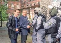 Die Kommissare Bonhoff (Wolfgang Krewe, li.) und Kehler (Wolfgang Bathke, 2.v.li.) besprechen mit den SEK-Beamten das Vorgehen gegen den mutmasslichen Täter. – © RTL Nitro