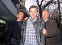 Bonhoff (Wolfgang Krewe, li.) und Kehler (Wolfgang Bathke) führen den Bankräuber Heckmann (Bernhard Schir, Mi.) ab. – © RTL Nitro