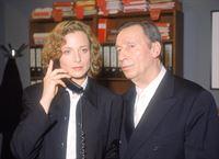 Staatsanwältin Clausen (Brigitte Beyeler) wird von einem anonymen Anrufer belästigt. Oberstaatsanwalt Lotze (Henry van Lyck) hört das Gespräch mit. – © RTL Nitro
