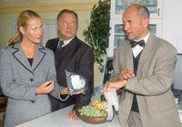 Staatsanwältin Glaser (Britta Schmeling) und Kommissar Kehler (Wolfgang Bathke, Mi.) wollen von dem Gerichtsmediziner Dr. Duhler (Klaus Schindler) näheres über den Tathergang wissen. – © RTL Nitro