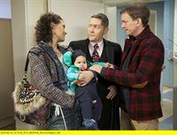 """MDR Fernsehen IN ALLER FREUNDSCHAFT FOLGE 595, """"Ostergeschenke"""", am Sonntag (20.04.14) um 18:05 Uhr. Dr. Rolf Kaminski (Udo Schenk, mi.) freut sich über einen Überraschungsbesuch seines Sohnes Fabian Althaus (Daniel Krauss, re.) und seiner Frau Mae (Lucia Peraza Rios, li.), die auch seinen Enkel Jack dabei haben. Doch als er den Grund für ihren Besuch erfährt, verfliegt seine Freude schnell: Kaminski soll, während Fabian und Mae in einem Partnerseminar ihre Beziehungsprobleme bewältigen, über Ostern seinen Enkel betreuen. Kaminski ist schon bei dem Gedanken daran überfordert. – © MDR/Wernicke"""