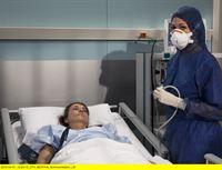 """MDR Fernsehen IN ALLER FREUNDSCHAFT FOLGE 476, """"Schweigen"""", am Mittwoch (05.02.14) um 11:50 Uhr. Rita Habedank (Caroline Beil, li.) geht es immer schlechter. Sie musste auf die Isolierstation verlegt werden, da die Ärzte die Ursache für ihre Infektion nicht finden können. Dr. Elena Eichhorn (Cheryl Shepard, re.) will in Ritas Bar nach möglichen Ursachen suchen. – © MDR/Peter Krajewsky"""