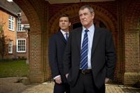V.l.: DS Ben Jones (Jason Hughes), DCI Tom Barnaby (John Nettles) – © ZDF und Mark Bourdillon
