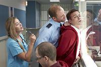 Nicht nur, dass Krankenschwester Anke (Laura Osswald) Tobias (Bernhard Piesk, r.) klarmacht, wer der Chef auf der JVA-Krankenstation ist, auch Schließer Hollerbach (Michael Starkl) verdeutlicht ihm, dass er trotz des Doktortitels nur ein Knacki ist. – Bild: RTL