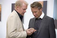 Egon Wallin (Peter Andersson) und Hugo Malmberg (Johanson Kjellberg) verbindet eine innige Freundschaft. – Bild: Sat.1 Emotions