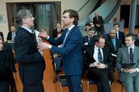 Schumanns Plan scheint aufzugehen: Michael Brehme (Andreas Nickel, r.) ist der erste der Angestellten, der sich von seinem Chef Dirk Schrader (Max Herbrechter, l.) abwendet. – © ZDF und Julia von Vietinghoff