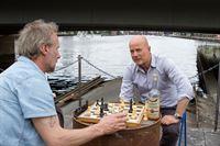 Bruno Schumann (Christian Berkel, r.) und Sacer (Wolfram Koch, l.) spielen Schach. – © ZDF und Julia von Vietinghoff