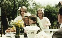 Inga, Lisa und Britta beglückwünschen den Großvater von Inga und Lisa zum 80. Geburtstag (v.l.: Anna Sahlin, Linda Bergström und Ellen Demerus). – Bild: ZDF und Taurus