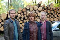 Symbolfoto: v.l.n.r.: Tom (Lasse Myhr), Ellen Lucas (Ulrike Kriener), Alex (Anna Brueggemann) – © ZDF und Bernd Schuller