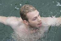 Hauke Schmidt (Ben Münchow) wurde zunächst betäubt und auf hoher See ausgesetzt. Im kalten Wasser ringt er um sein Leben. – © ZDF und Christine Schroeder