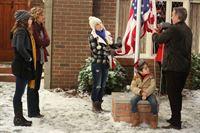 Mike (Tim Allen, r.) hisst im Garten die amerikanische Flagge, sehr zum Bedauern von Kristin (Amanda Fuller, l.), Vanessa (Nancy Travis, 2.v.l) und Eve (Kaitlyn Dever, 3.v.l.) die nicht wollen, dass Boyd (Flynn Morrison, 2.v.r) schon so früh das Treue-Gelöbnis auf die Flagge ablegt ... – © 2011 Twentieth Century Fox Film Corporation