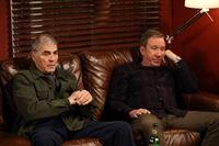 Entgegen seiner Erwartung fällt Mike (Tim Allen, r.) seinem Vater Bud (Robert Forster, l.) in Sachen Erziehungsmethoden in den Rücken ... – © 2013 Twentieth Century Fox Film Corporation. All rights reserved.