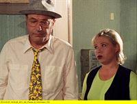 "rbb Fernsehen LIEBLING KREUZBERG, ""Der Krawattenmann"", am Samstag (10.05.14) um 21:00 Uhr. Liebling Kreuzberg (Manfred Krug) und Kellnerin Elke (Daniela Hoffmann) – © rbb"